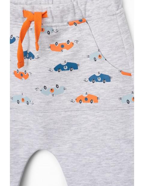 Szare spodnie niemowlęce w samochodziki