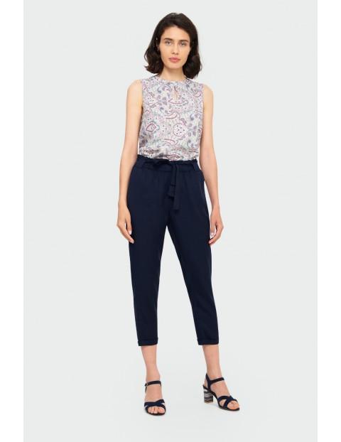 Granatowe luźne spodnie damskie z paskiem z lyocellu