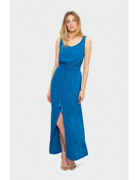 Długa niebieska sukienka z paskiem w talii