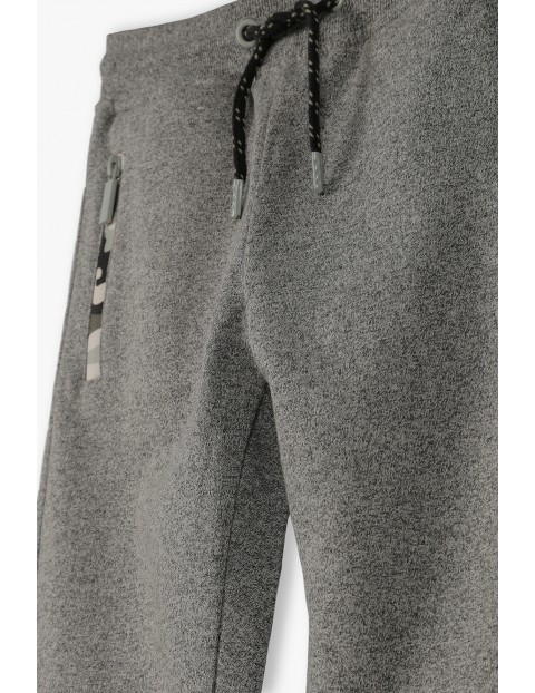 Spodnie dresowe chłopięce w kolorze szarym z kieszeniami