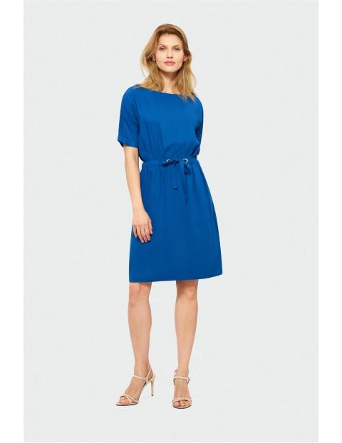 Niebieska sukienka z odcięciem w talii