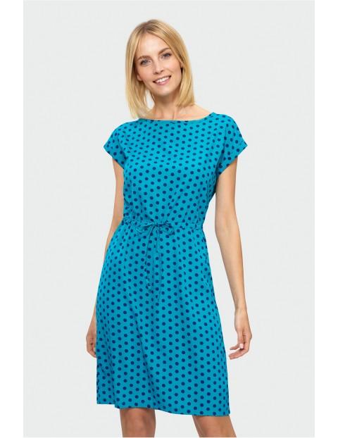 Niebieska sukienka w kropki z wiązaniem w pasie