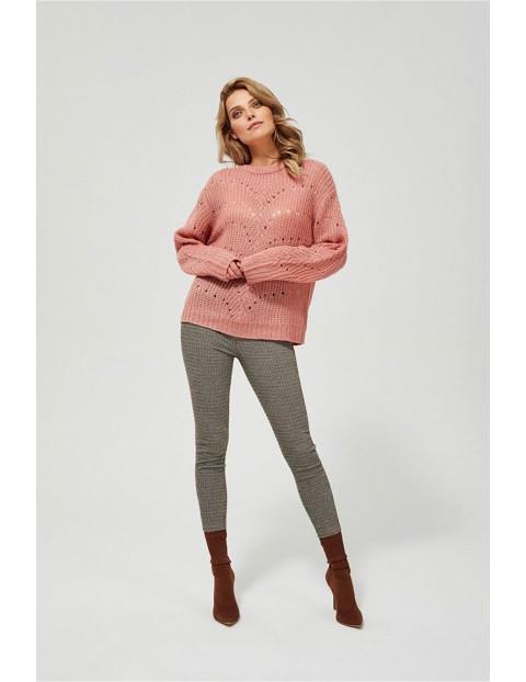 Sweter damski - różowy z ażurowym wzorem