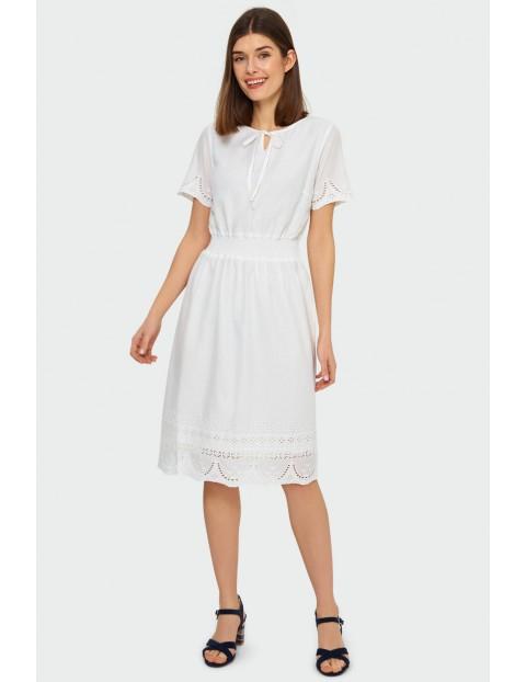 Biała bawełniana haftowana sukienka podkreślająca talię