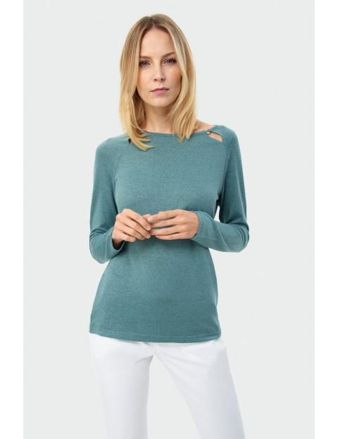 Dopasowany sweter damski w kolorze morskim z ozdobnymi wycięciami