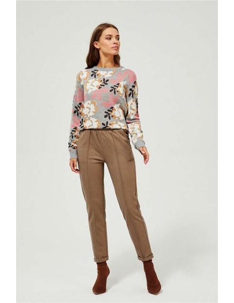 Spodnie damskie na całości zdobione wzorem w jodełkę - beżowe