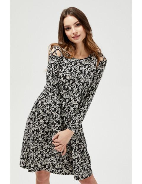 Sukienka z ozdobnym wzięciem na ramionach