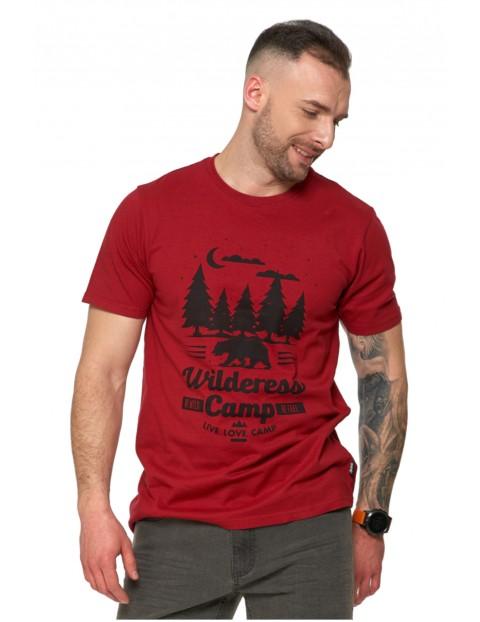 T-shirt męski z wakacyjnym nadrukiem w kempingowym klimacie- bordowy