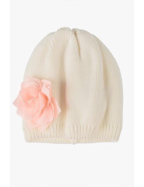 Czapka biała z różowym kwiatkiem