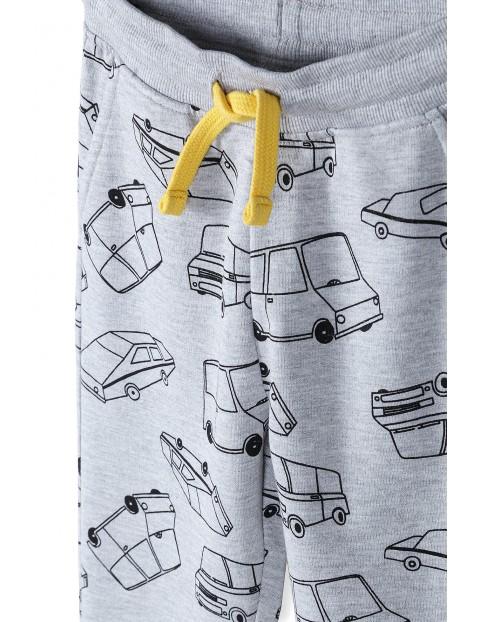 Spodnie dresowe chłopięce w kolorze szarym z samochodzikami