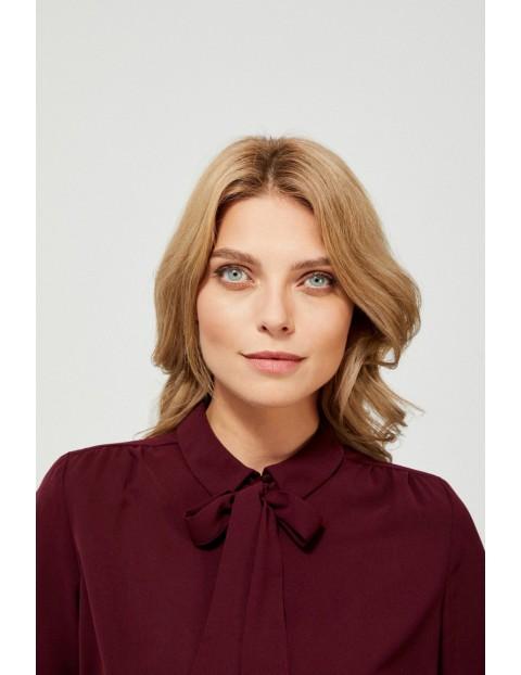 Damska koszula w kolorze burgundu z dekoracyjnym wiązaniem przy dekolcie