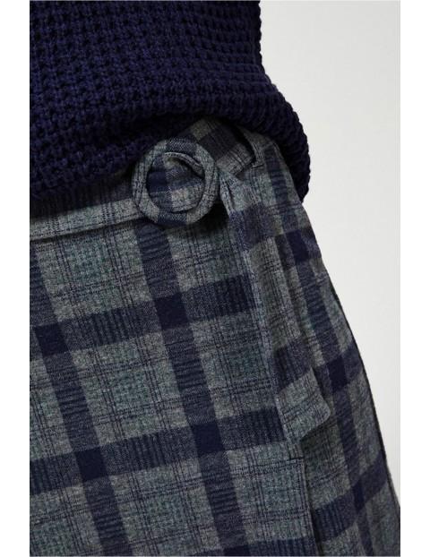 Dzianinowa spódnica w kratę z rozcięciem - szara