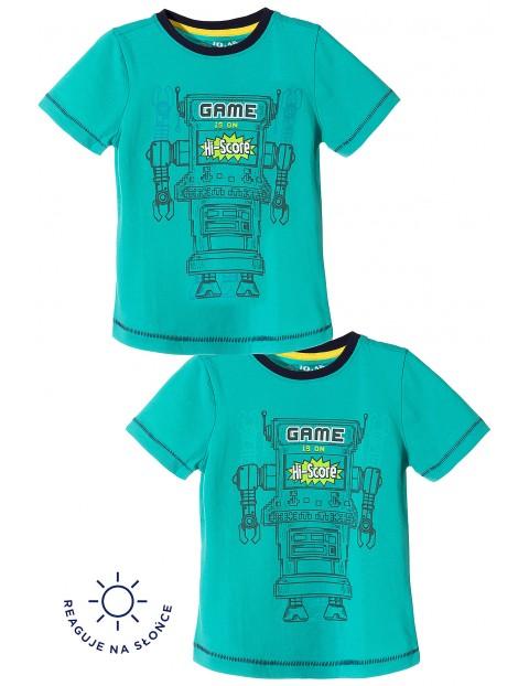 T-shirt chłopięcy zmieniający nadruk pod wpływem słońca