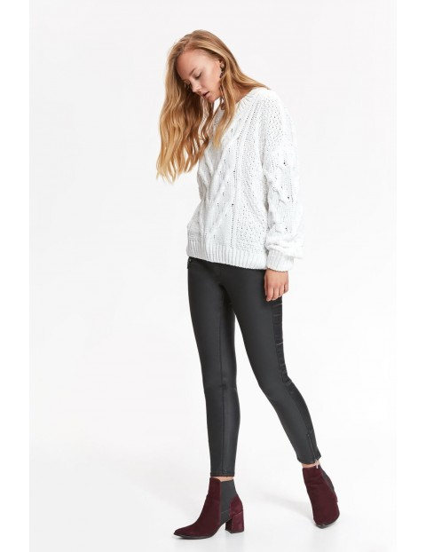 Biały sweter damski z długim rękawem