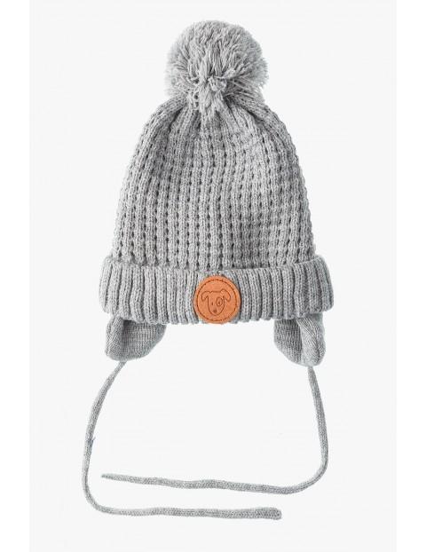 Czapka zimowa dla niemowlaka- cszara wiżana pod szyją
