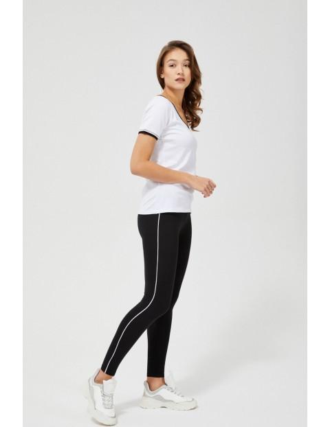 Czarne legginsy z białym paskiem