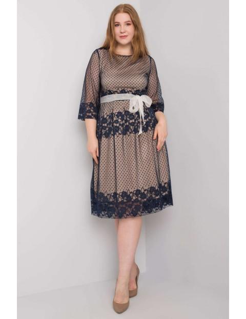 Granatowa elegancka sukienka plus size z wiązaniem
