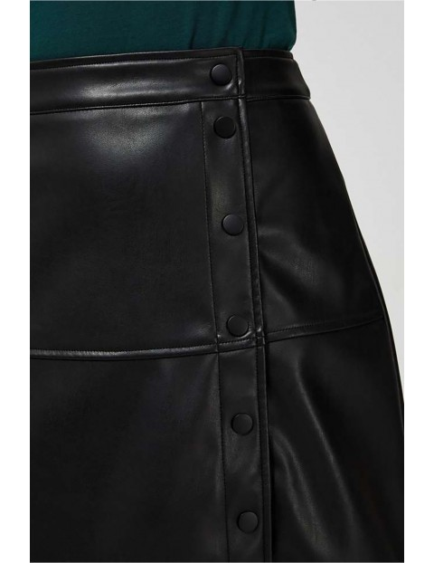 Spódnica ze skóry ekologicznej z ozdobnymi guzikami - czarna