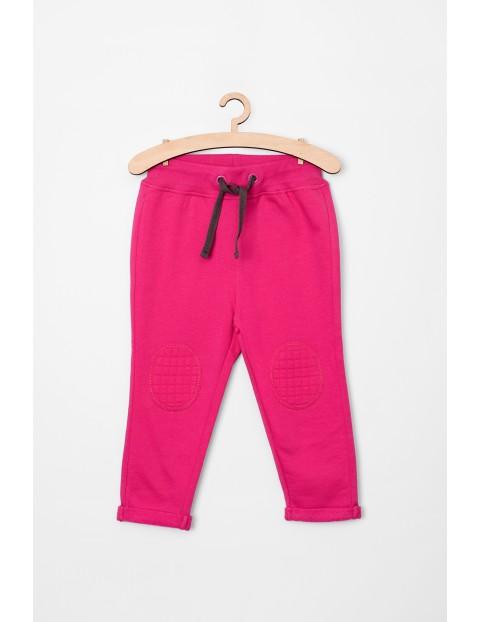 Różowe dresy dla dziewczynki z łatkami na kolanach