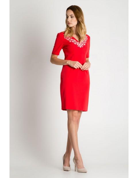 Sukienka z ozdobnym wzorem pod szyją= czerwona
