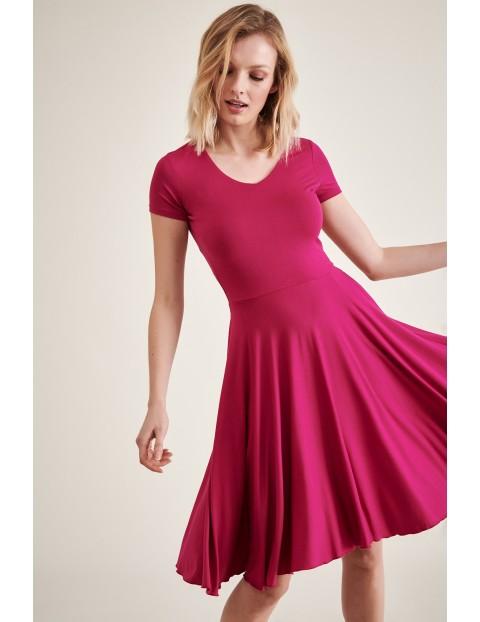 Sukienka dzianinowa z rozkloszowanym dołem - różowa midi