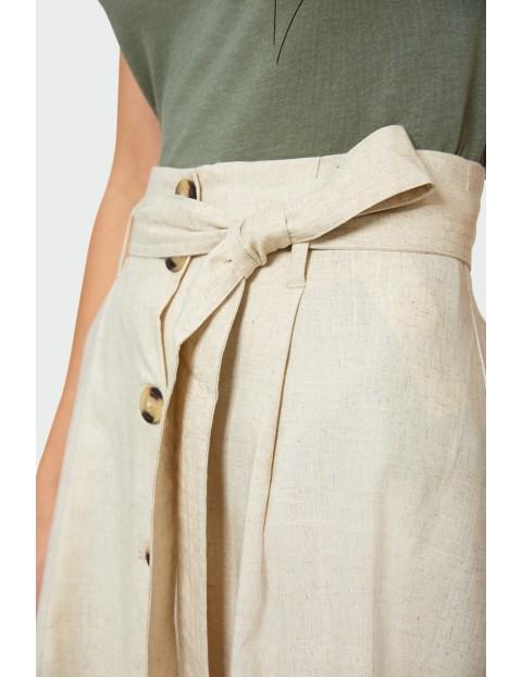 Beżowa spódnica zapinana na guziki z przodu z paskiem