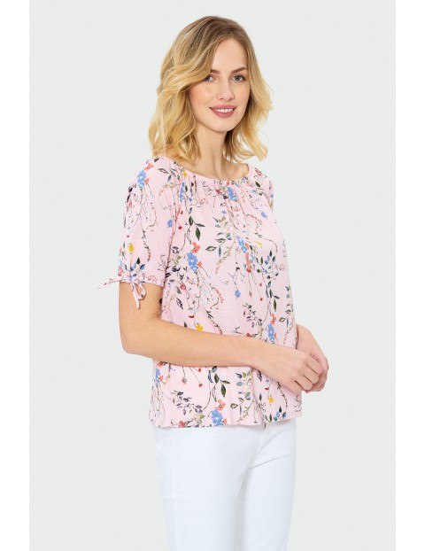Różowa wzorzysta bluzka z krótkim rękawem
